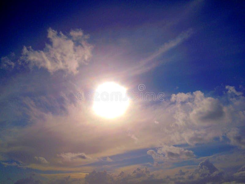 De zon is hoog in de hemel royalty-vrije stock foto