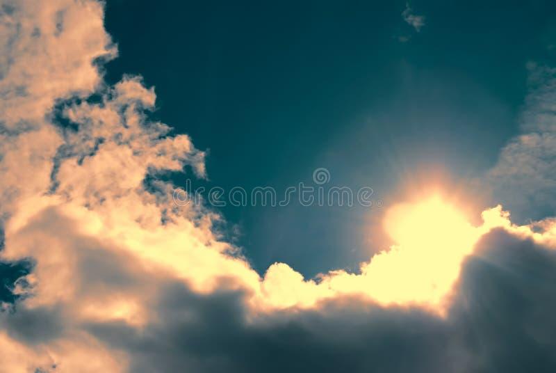 De zon kwam uit uit achter een wolk royalty-vrije stock afbeelding
