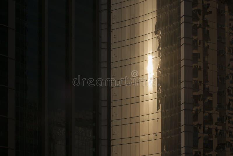 De zon overdenkt wolkenkrabber stock foto's