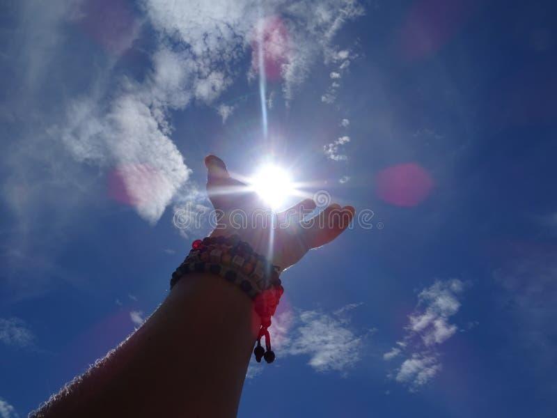 De zon in de palm van mijn hand stock afbeelding