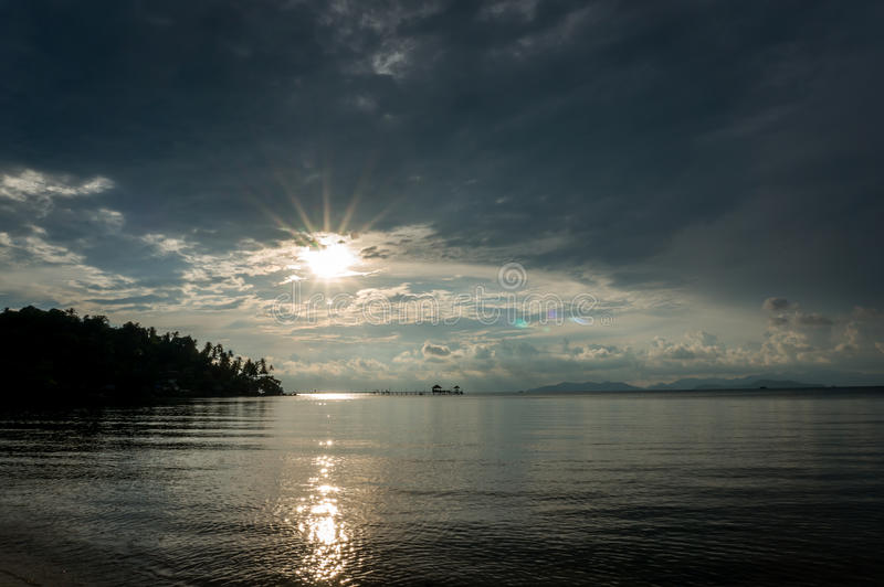 De zon plaatst door het strand en het overzees, Mak Island Ko Mak stock afbeelding