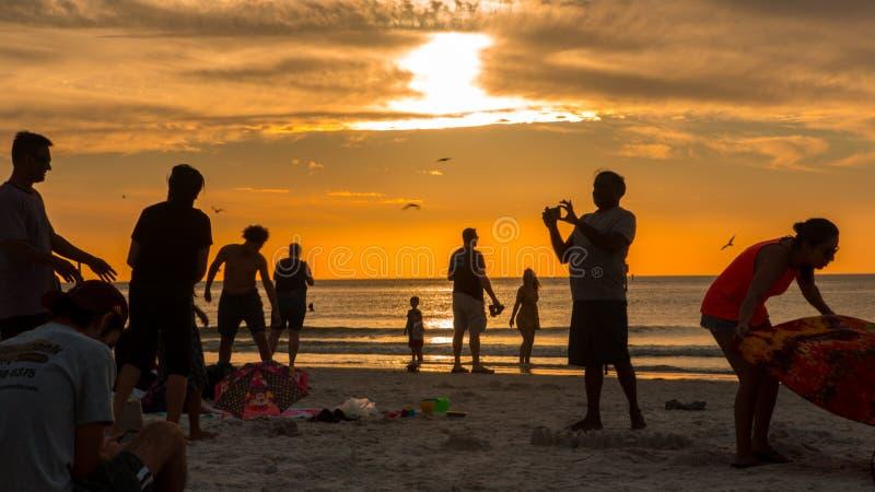 De zon plaatste de hemel in vuur en vlam op bezig clearwaterstrand Florida royalty-vrije stock fotografie