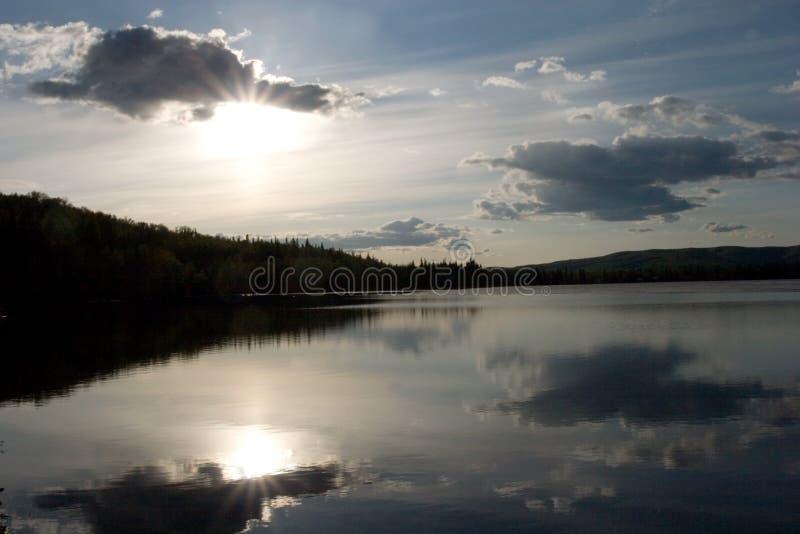 De zon van de middernacht in Alaska royalty-vrije stock fotografie