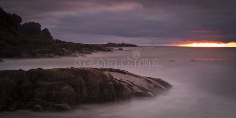 De zon van de middernacht in de Noorse fjorden van de Atlantische Oceaan - Lofoten royalty-vrije stock foto