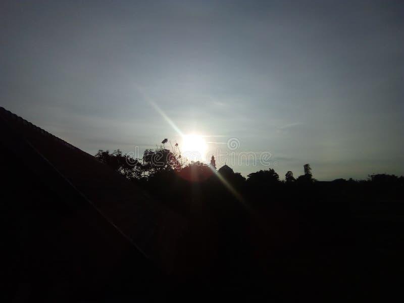 De zon verscheen boven de wolken starend bij me stock foto's