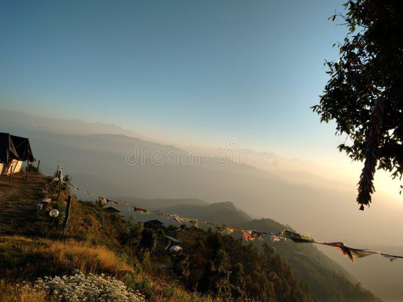 De zon wekt bergen stock foto