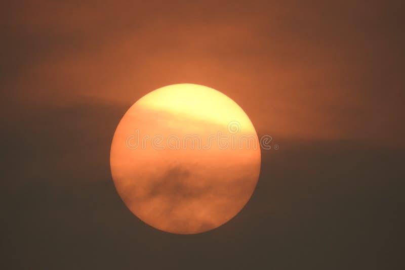De zon wordt gedeeltelijk verduisterd door rook in de lucht royalty-vrije stock afbeeldingen