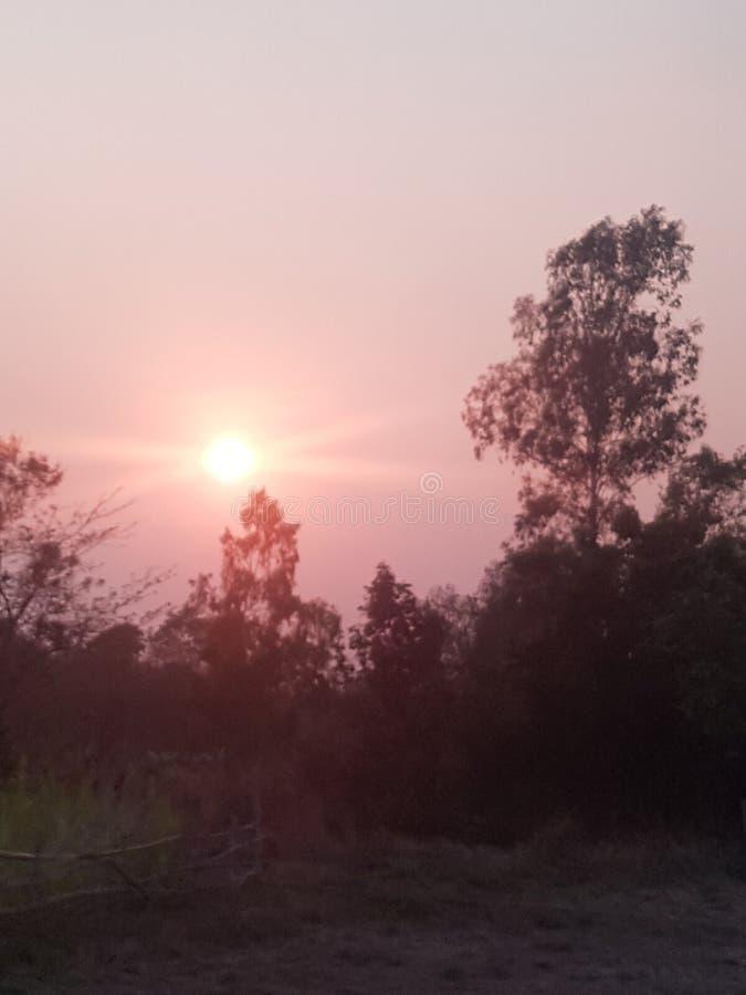 De zon zal dichtbij de horizon als tijd van rust zijn stock afbeelding