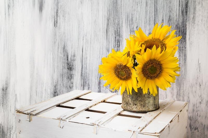 De zonnebloem houten witte wijnoogst van de achtergrondstillevenbloem stock foto's