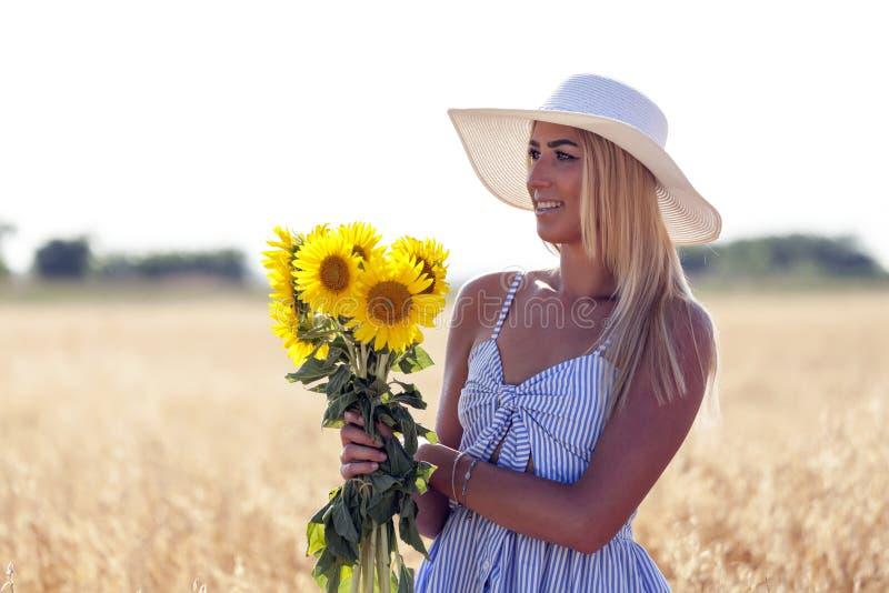 De zonnebloemen en de aard inspireren geluk en vreugde stock foto's