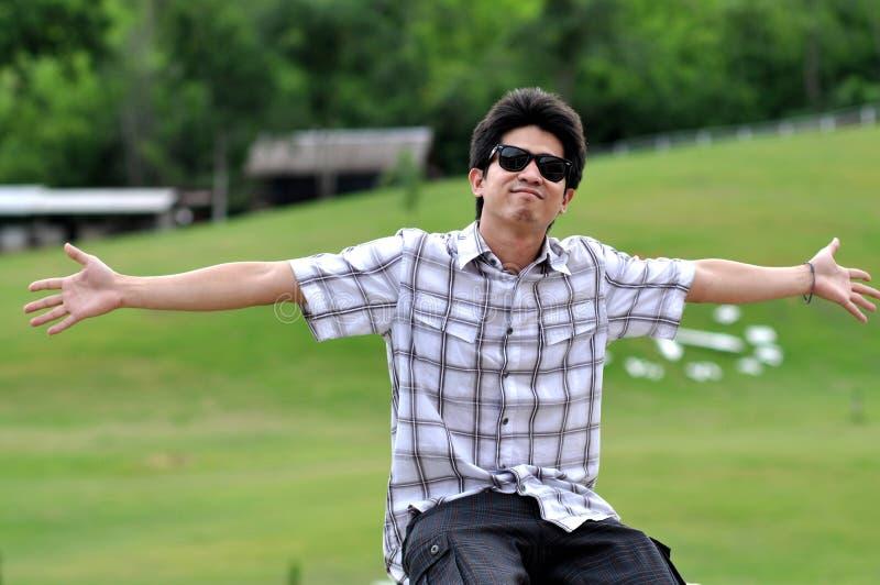 De Zonnebril van de Mens van Azië Thailand breidt de Wapens uit stock fotografie