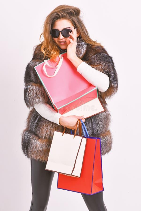 De zonnebril van de meisjesslijtage en bontjas het winkelen witte achtergrond Damegreep het winkelen zakken Korting en Verkoop He royalty-vrije stock foto's
