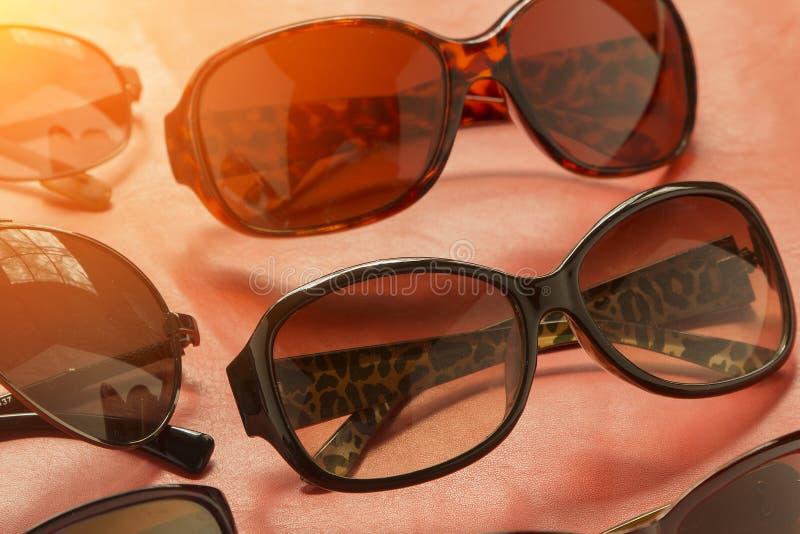 De zonnebril van vrouwen` s wintage en kwaliteitslenzen die van de boete wordt gemaakt stock fotografie