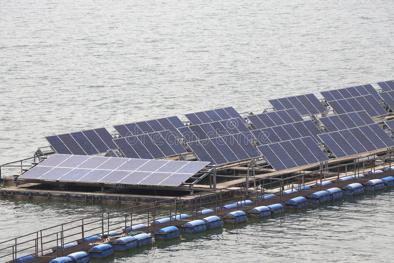 De zonnecelpanelen installeerden op de ruimte op de waterspiegel royalty-vrije stock afbeeldingen