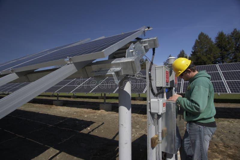 De zonnepanelen inspecteerden door werkman stock fotografie