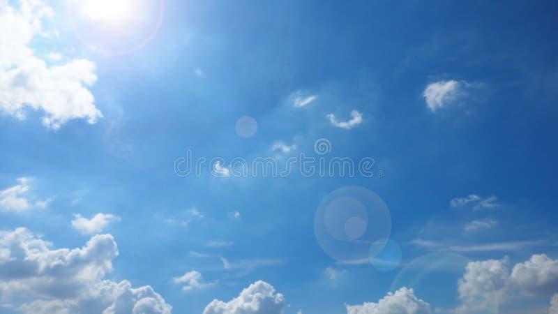 De zonneschijn heeft len het Blauw en de wolk van de gloedhemel stock afbeeldingen