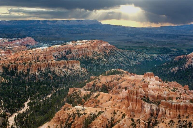 De zonnestralen glanzen neer op Bryce Canyons National Park royalty-vrije stock afbeeldingen