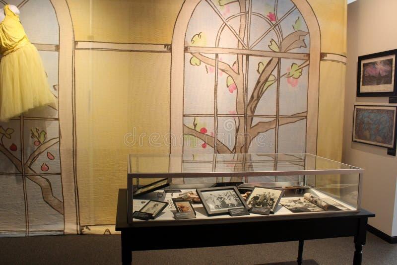 De zonnige gele muren met citroengeel kleding en glasgeval vulden met geschiedenis, Museum van Dans, Saratoga, New York, 2018 stock afbeeldingen