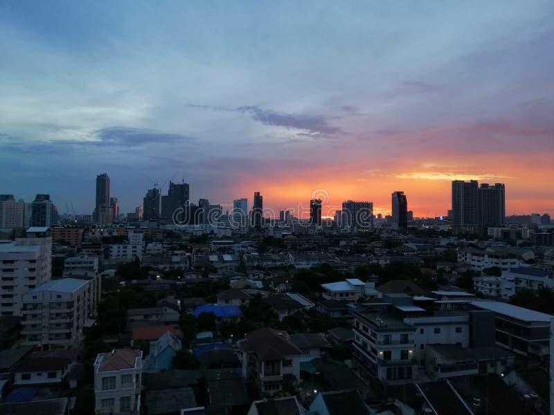 De zonreeksen in de avond bij de hoofdstad van Thailand royalty-vrije stock afbeelding