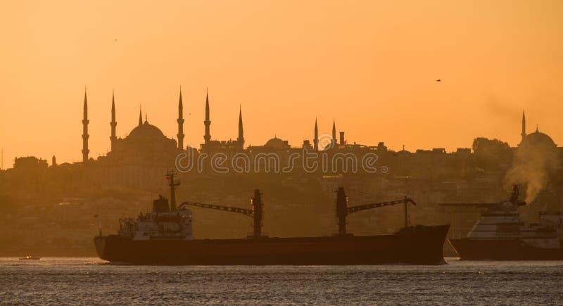 De zonreeksen over Bosphorus Istanboel royalty-vrije stock afbeelding