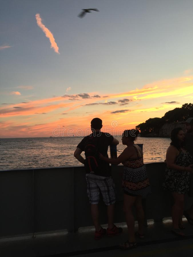 De zonsondergang aangebrachte veerboot van de baaimolenaar stock foto