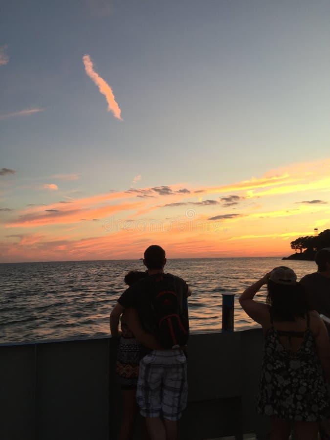 De zonsondergang aangebrachte veerboot van de baaimolenaar stock fotografie