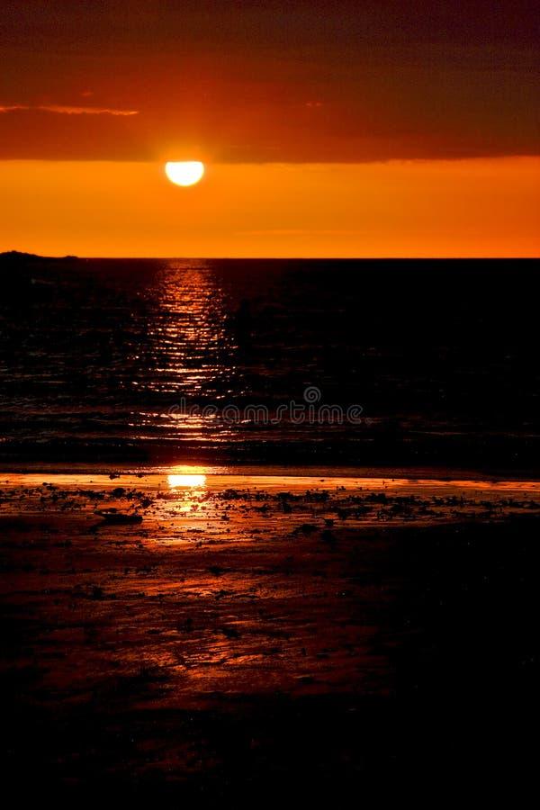 De zonsondergang in bemoeiziek is stock foto's