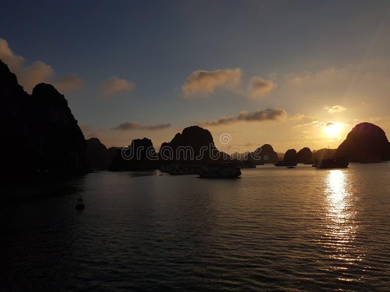 De zonsondergang bij Ha snakt Baai royalty-vrije stock fotografie
