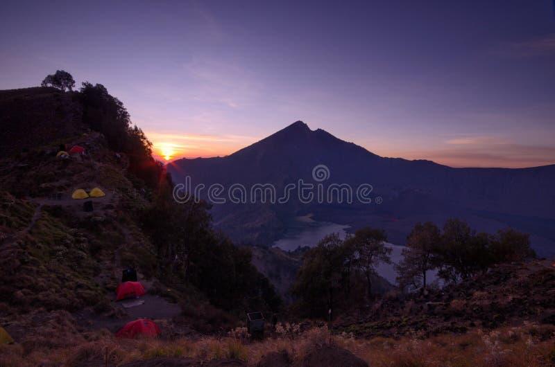 De zonsondergang bij het kamp van de senarubasis, zet segara anak meer op van de rinjanimening, lombok Indonesië royalty-vrije stock afbeeldingen