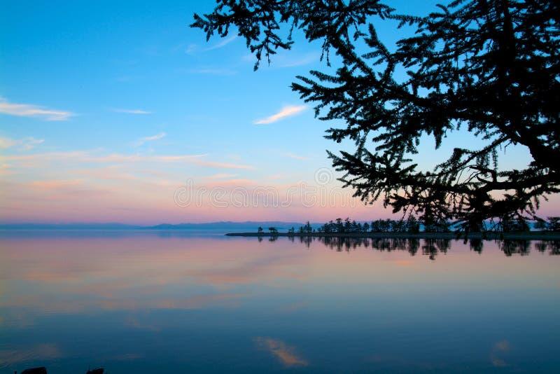 De zonsondergang bij Meer Baikal in de zomer stock afbeelding