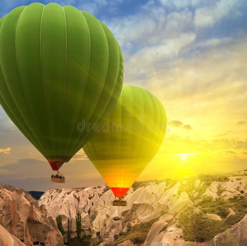 De zonsondergang Cappadocia, Turkije van hete luchtballons stock afbeelding