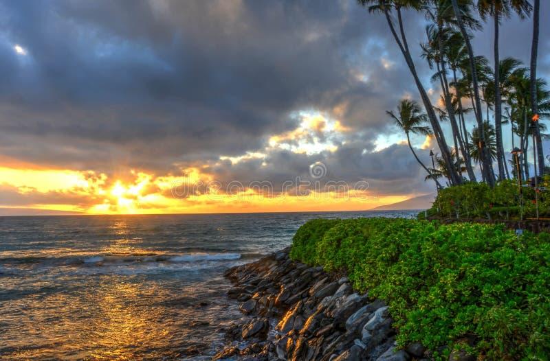 De Zonsondergang die van Maui het westen over het Kanaal van Molokai kijken stock foto