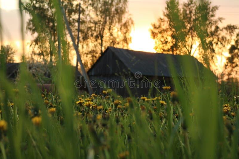 De zonsondergang in een dorp royalty-vrije stock foto's