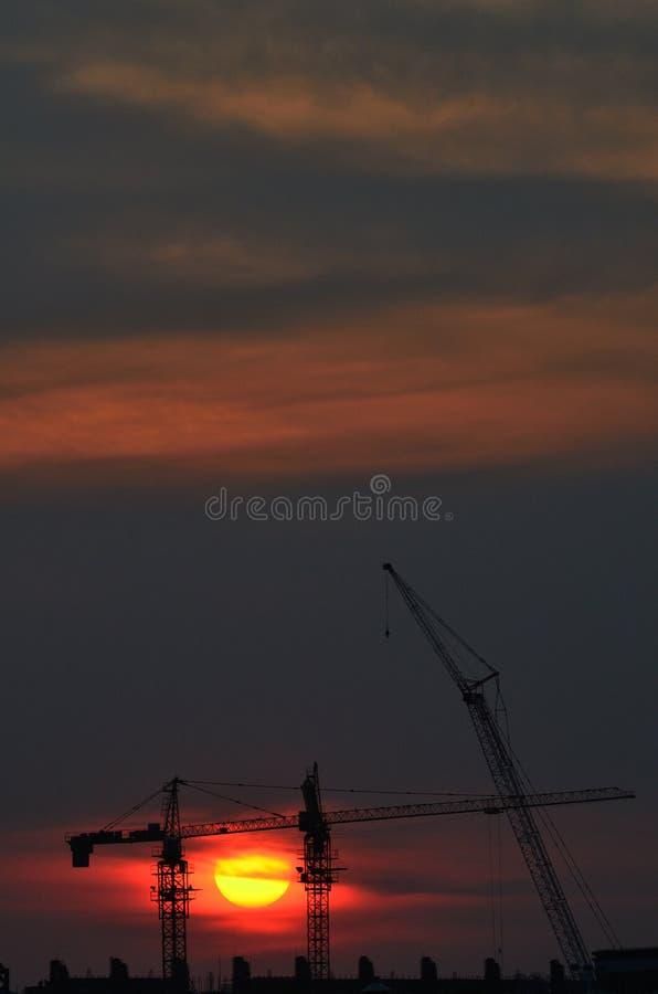 De zonsondergang en de kraan royalty-vrije stock afbeeldingen