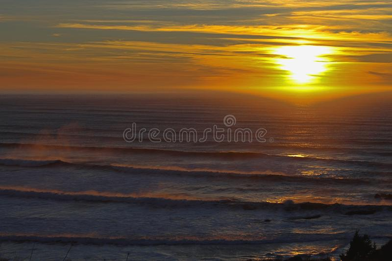 De Zonsondergang en de Golven van Oregon royalty-vrije stock afbeeldingen