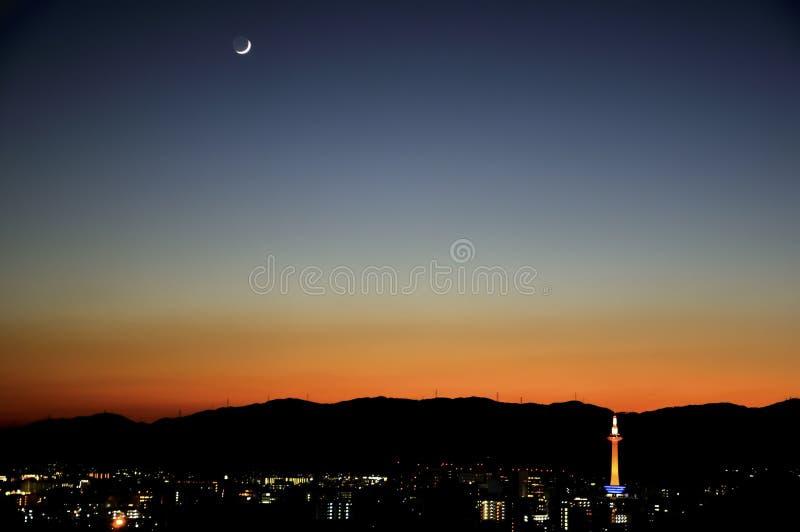 De zonsondergang en de maan van Kyoto stock fotografie