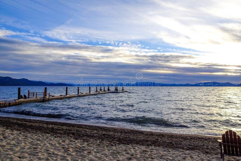 De Zonsondergang en de stoelen van meertahoe op strand royalty-vrije stock afbeeldingen