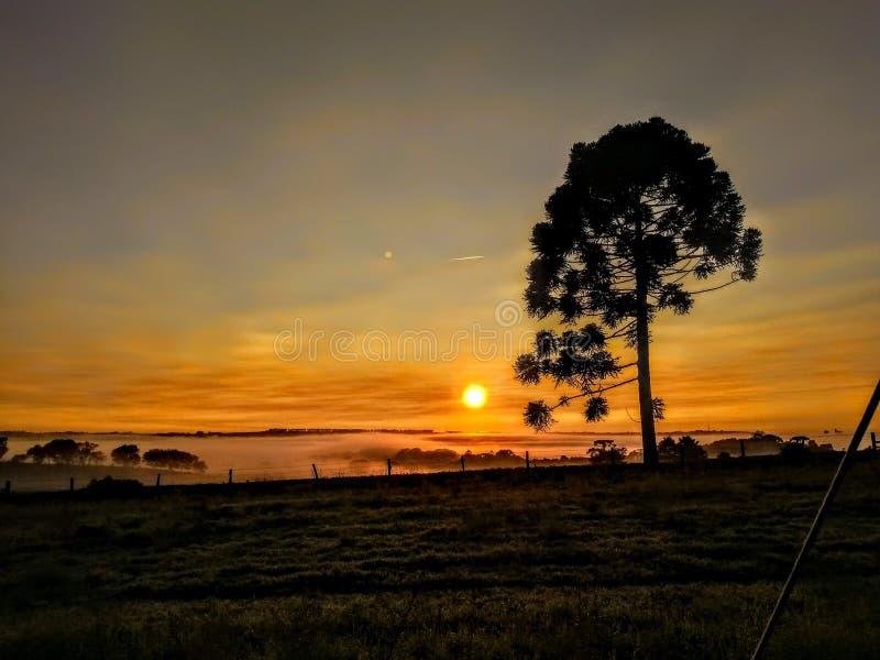 De zonsondergang en de zonsopgang stock afbeeldingen