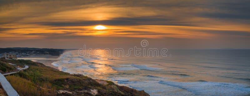 De zonsondergang in Foz doet Arelho-strand, Portugal royalty-vrije stock afbeeldingen