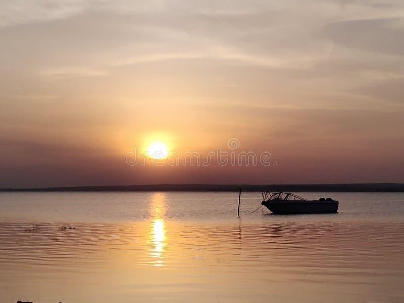 De zonsondergang met vrede maakt u denken stock afbeeldingen