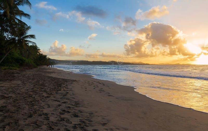 De zonsondergang op het eiland van Martinique, de Franse Antillen royalty-vrije stock afbeeldingen