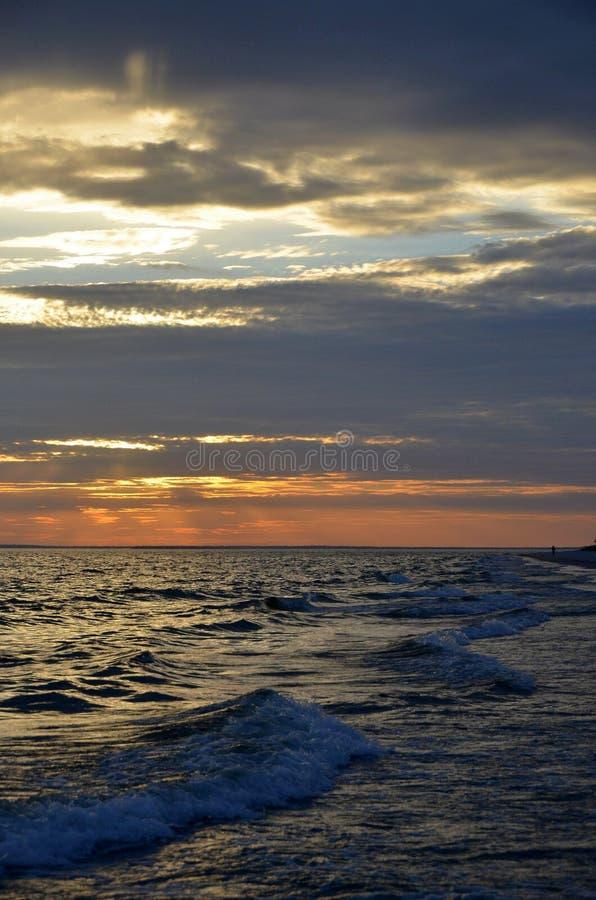 De zonsondergang op het overzees royalty-vrije stock fotografie