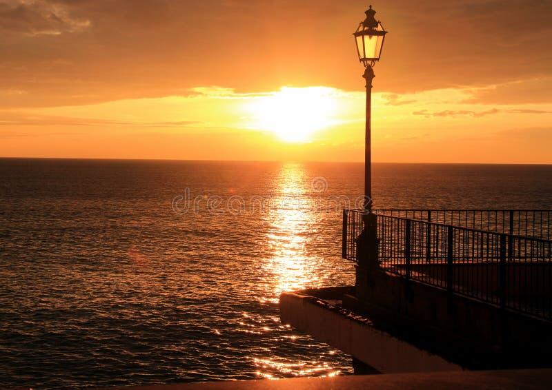 De zonsondergang over het overzees royalty-vrije stock foto