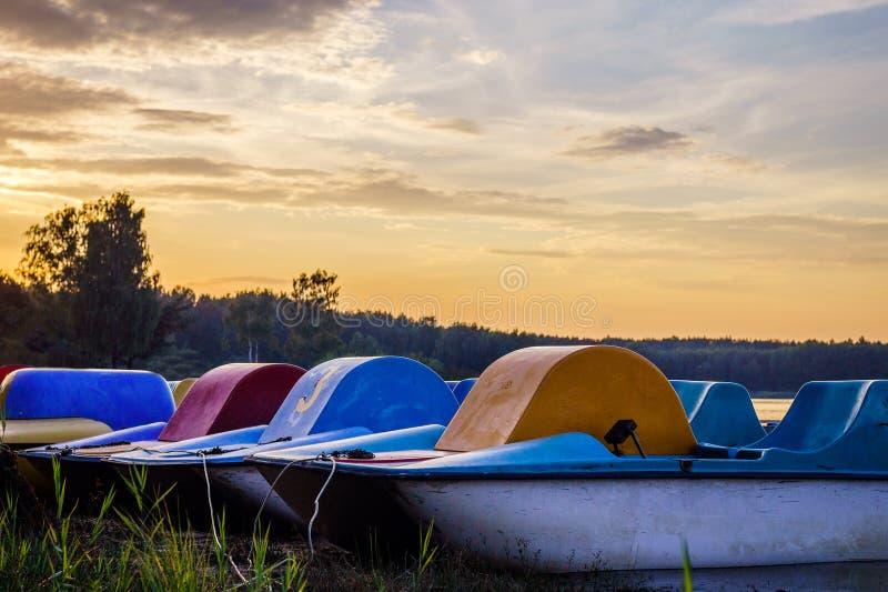 De zonsondergang over het recreatieve meer, u kan boten zien Mooie oranje kleuren, de rust van de contrastvakantie stock foto's