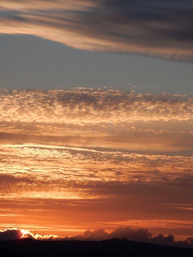 De zonsondergang over legt vast stock afbeeldingen