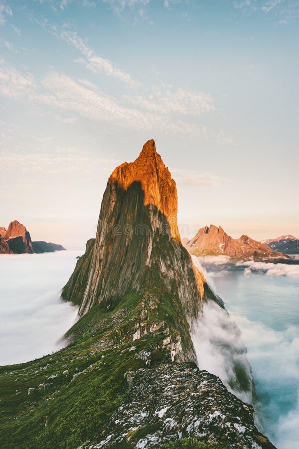 De zonsondergang pieklandschap van de Seglaberg over wolken stock fotografie