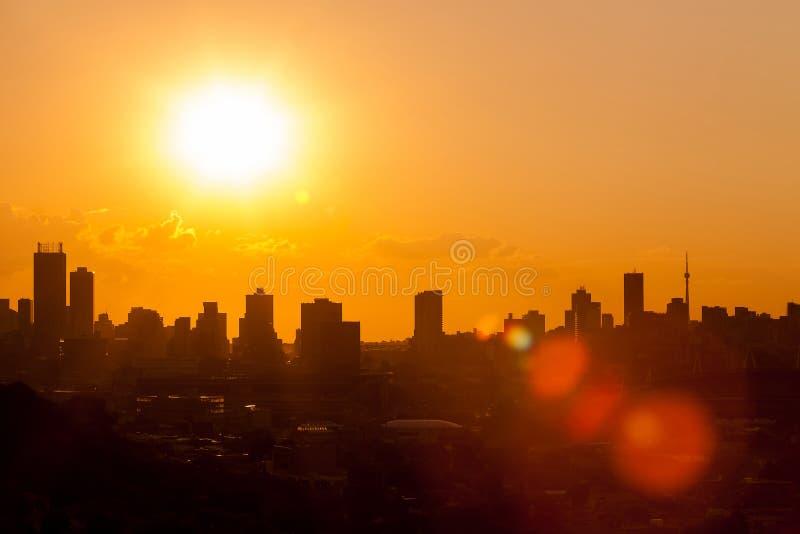 De Zonsondergang Stedelijk landschap van de silhouetstad in Johannesburg Zuid-Afrika royalty-vrije stock fotografie
