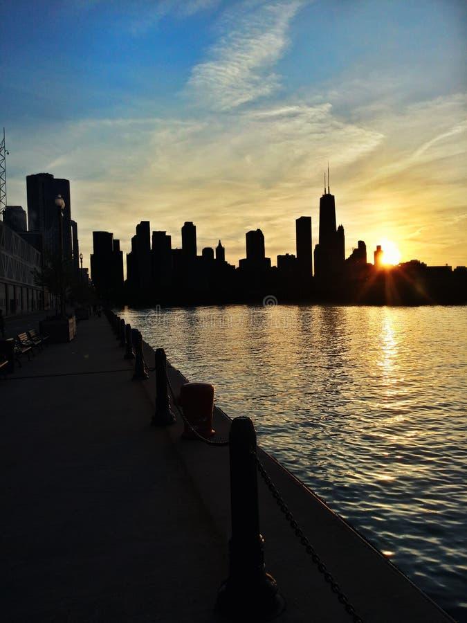 De zonsondergang tussen de gebouwen stock afbeeldingen