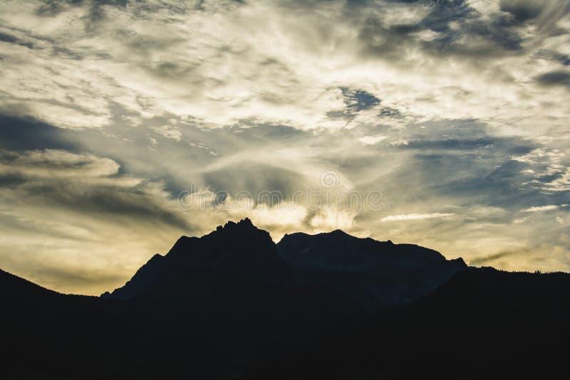 De zonsondergang van alpen stock foto