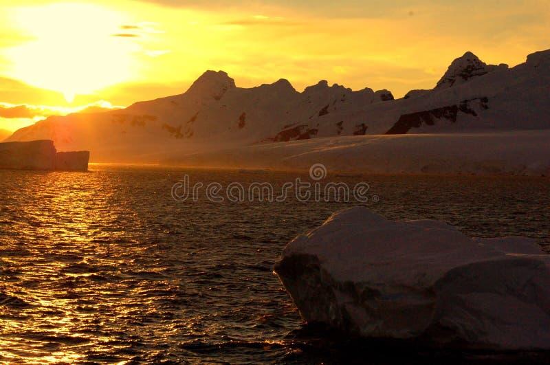 De zonsondergang van Antarctica stock afbeeldingen